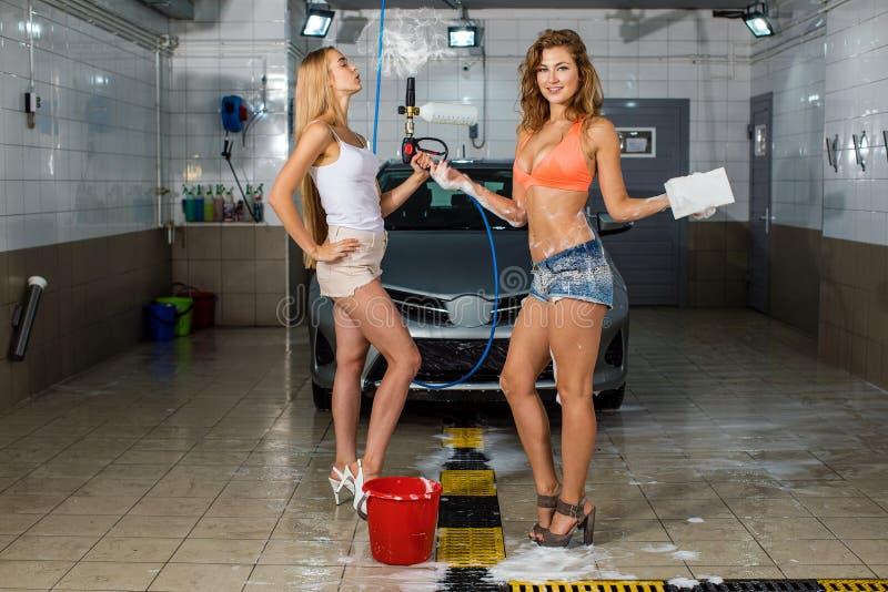 Αυτοκίνητο δύο προκλητικό πλυσιμάτων γυναικών στοκ φωτογραφία με δικαίωμα ελεύθερης χρήσης