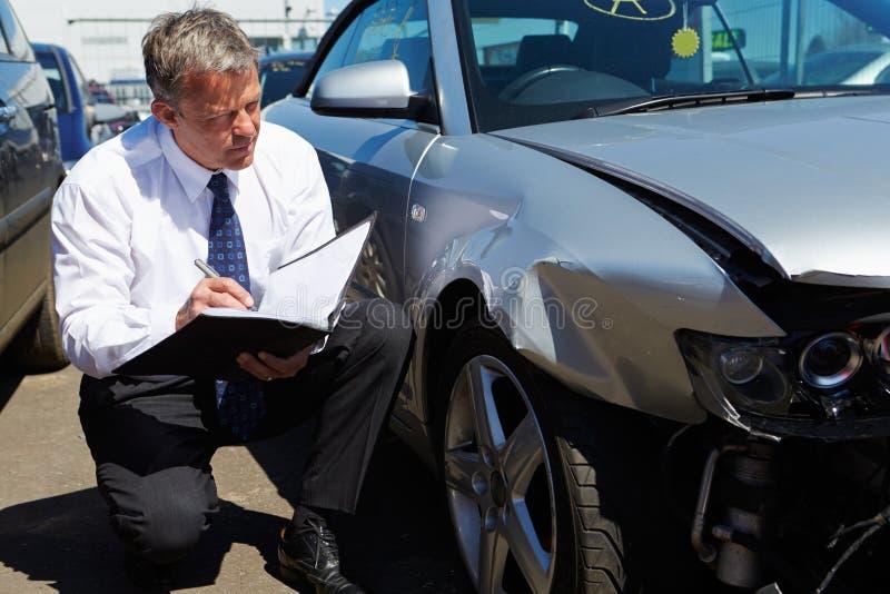 Αυτοκίνητο επιθεώρησης διαγραμμιστών απώλειας που περιλαμβάνεται στο ατύχημα στοκ εικόνα
