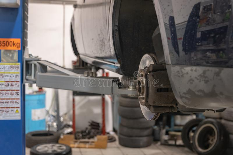 Αυτοκίνητο επισκευής και ελέγχου στο κατάστημα επισκευής Ένας πεπειραμένος τεχνικός επισκευάζει το ελαττωματικό μέρος του αυτοκιν στοκ φωτογραφίες με δικαίωμα ελεύθερης χρήσης