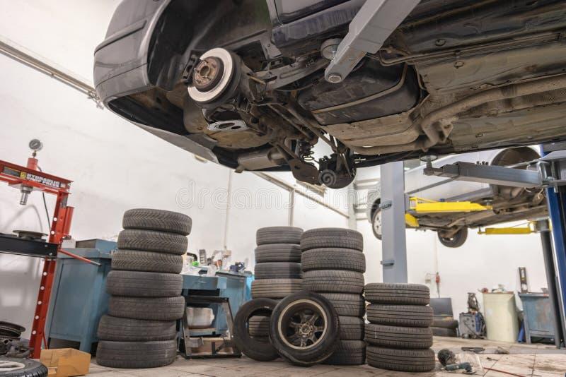 Αυτοκίνητο επισκευής και ελέγχου στο κατάστημα επισκευής Ένας πεπειραμένος τεχνικός επισκευάζει το ελαττωματικό μέρος του αυτοκιν στοκ εικόνες