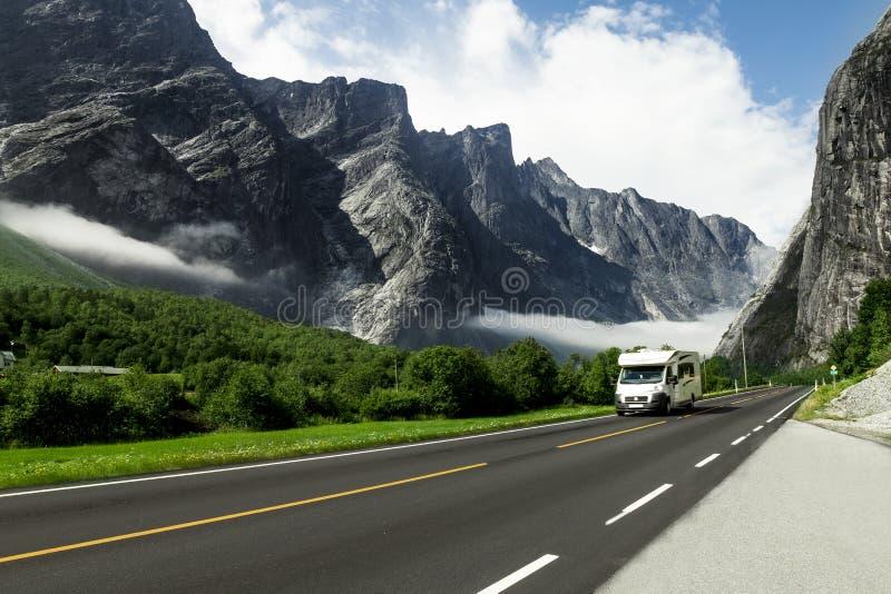 Αυτοκίνητο διακοπών στρατοπέδευσης στο δρόμο βουνών, Νορβηγία στοκ φωτογραφίες