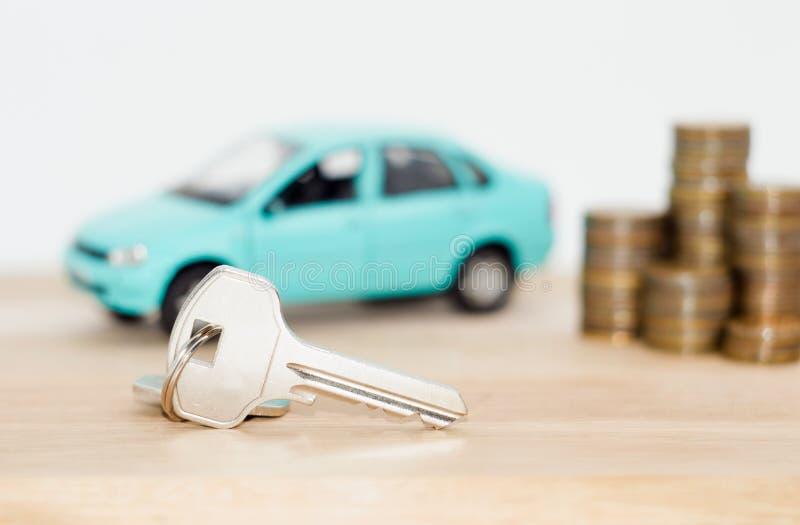 Αυτοκίνητο και νομίσματα σε ένα άσπρο υπόβαθρο στοκ φωτογραφία με δικαίωμα ελεύθερης χρήσης