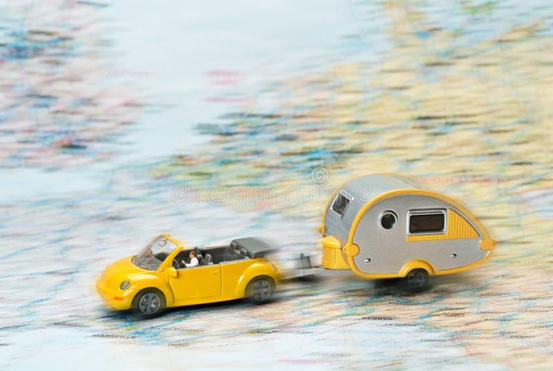 Αυτοκίνητο και τροχόσπιτο σε έναν χάρτη στοκ φωτογραφία