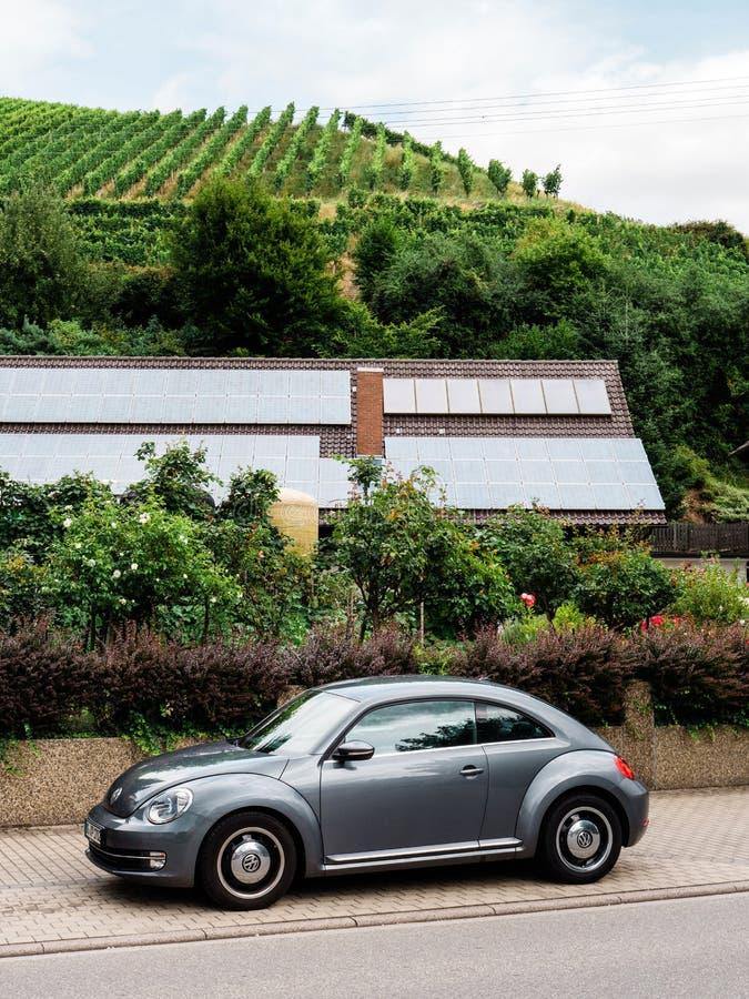 Αυτοκίνητο κανθάρων του Volkswagen που σταθμεύουν στον του χωριού δρόμο στοκ φωτογραφίες