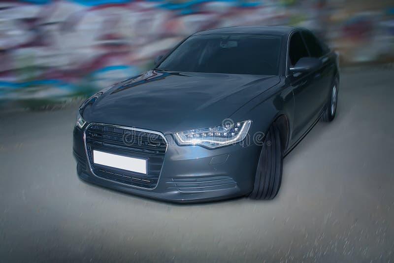 αυτοκίνητο κοντά στον τοίχο με τα γκράφιτι στοκ εικόνες