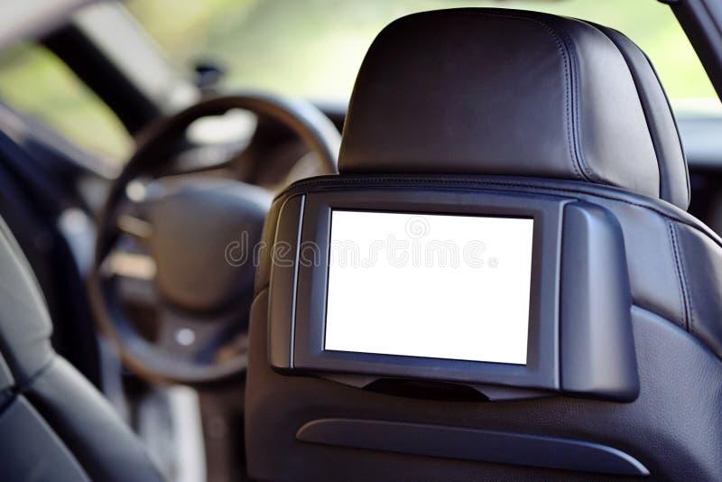 Αυτοκίνητο μέσα headrest στη χλεύη οθόνης επάνω Εσωτερικό του σύγχρονου αυτοκινήτου πολυτέλειας γοήτρου Μια άσπρη επίδειξη για το στοκ φωτογραφία