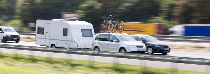 Αυτοκίνητο με μια θαμπάδα ταχύτητας εθνικών οδών τροχόσπιτων στοκ φωτογραφία με δικαίωμα ελεύθερης χρήσης