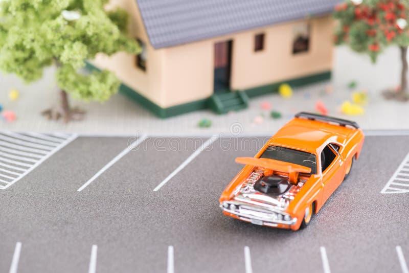 Αυτοκίνητο με την κουκούλα επάνω για τις επισκευές στοκ εικόνα