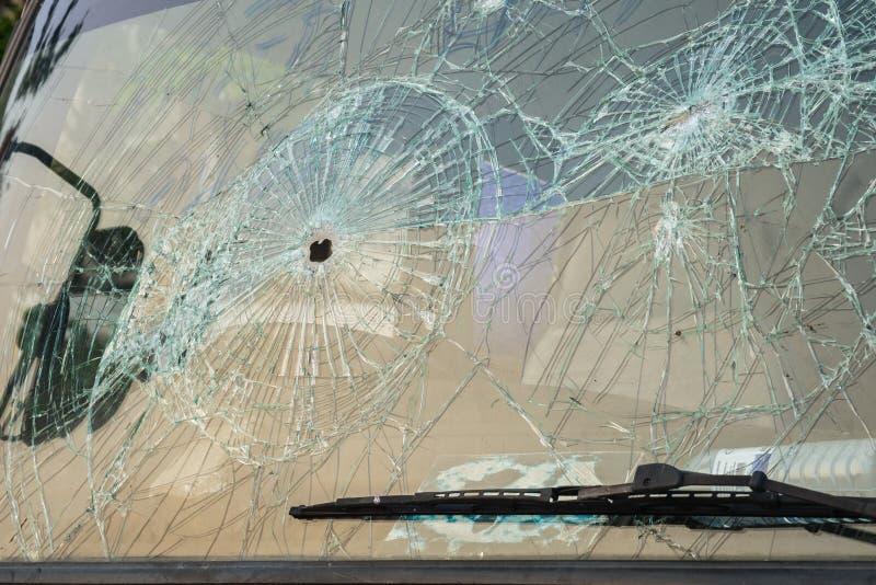 Αυτοκίνητο με τις τρύπες από σφαίρα στον ανεμοφράκτη στοκ φωτογραφίες