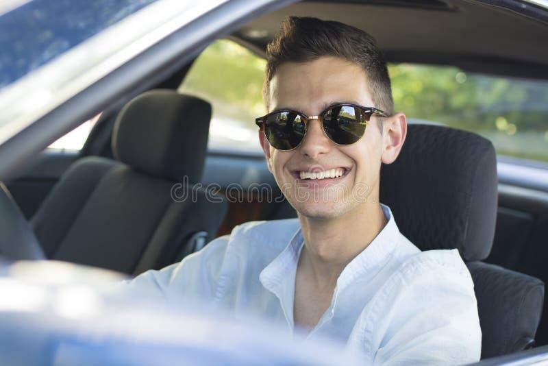 Αυτοκίνητο νεαρών άνδρων στοκ φωτογραφία