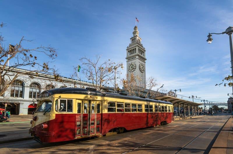 Αυτοκίνητο οδών ή trollley ή τραμ muni μπροστά από το κτήριο πορθμείων του Σαν Φρανσίσκο σε Embarcadero - το Σαν Φρανσίσκο, Καλιφ στοκ φωτογραφία με δικαίωμα ελεύθερης χρήσης