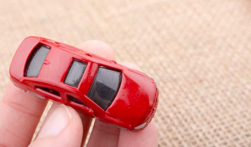 Αυτοκίνητο παιχνιδιών ως συσκευές μεταφορών υπό εξέταση στοκ φωτογραφία