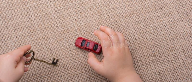 Αυτοκίνητο παιχνιδιών ως συσκευές μεταφορών υπό εξέταση στοκ φωτογραφία με δικαίωμα ελεύθερης χρήσης