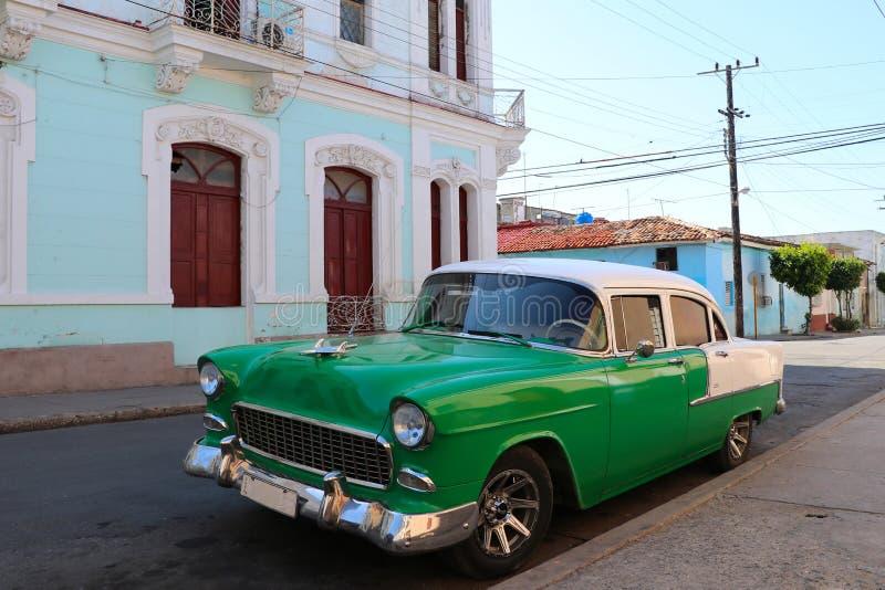 Αυτοκίνητο παλαιός-χρονομέτρων μπροστά από το αποικιακό σπίτι σε Cienfuegos, Κούβα στοκ φωτογραφία με δικαίωμα ελεύθερης χρήσης