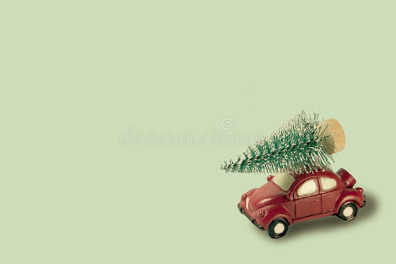 Αυτοκίνητο παραδίδει το χριστουγεννιάτικο δένδρο νέο έτος φόντο αργιών με διάστημα αντιγραφής Χρώματα εποχής στοκ φωτογραφίες