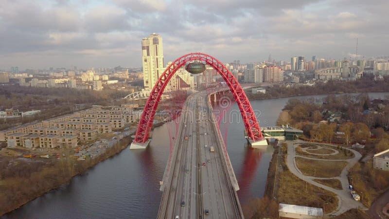 Αυτοκίνητο που κινείται στη γραφική γέφυρα πέρα από την εναέρια άποψη ποταμών της Μόσχας στοκ φωτογραφία με δικαίωμα ελεύθερης χρήσης