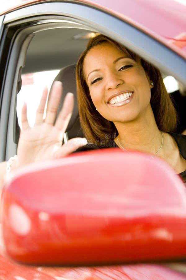 αυτοκίνητο που κυματίζει έξω τη γυναίκα παραθύρων στοκ εικόνα με δικαίωμα ελεύθερης χρήσης
