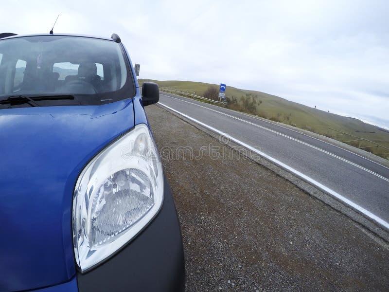 Αυτοκίνητο που σταματούν στην οδό σπασμένο αυτοκίνητο στοκ εικόνα με δικαίωμα ελεύθερης χρήσης