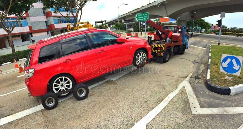 Αυτοκίνητο που τραβιέται από το φορτηγό ρυμούλκησης στοκ φωτογραφίες