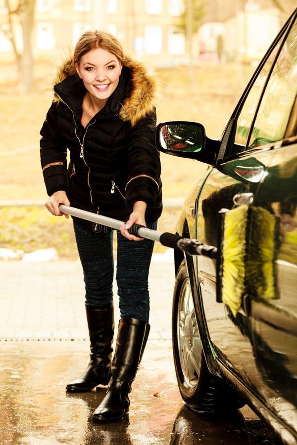 Αυτοκίνητο πλύσης γυναικών σε υπαίθριο στοκ φωτογραφία