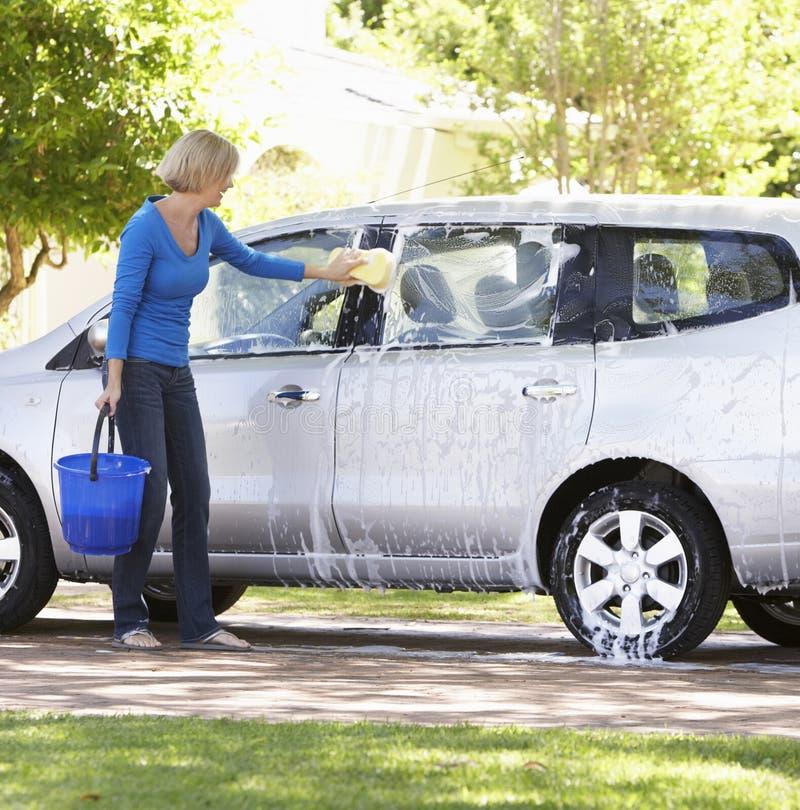 Αυτοκίνητο πλύσης γυναικών στο Drive στοκ εικόνες με δικαίωμα ελεύθερης χρήσης
