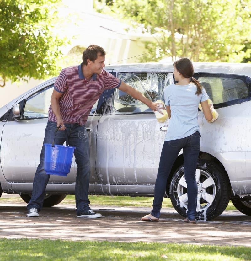 Αυτοκίνητο πλύσης πατέρων και έφηβη κόρη από κοινού στοκ φωτογραφία με δικαίωμα ελεύθερης χρήσης