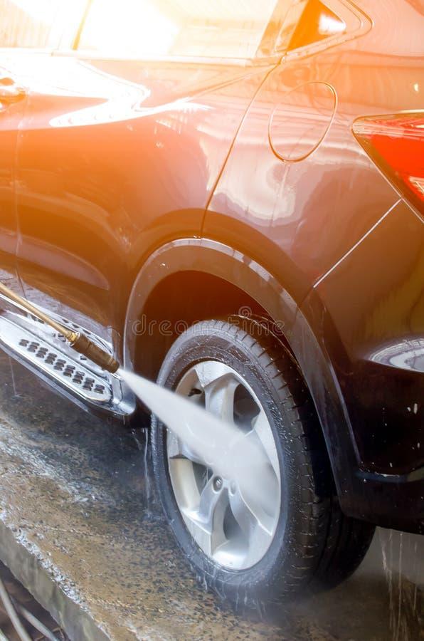 Αυτοκίνητο πλύσης που χρησιμοποιεί το υψηλό νερό στοκ φωτογραφία