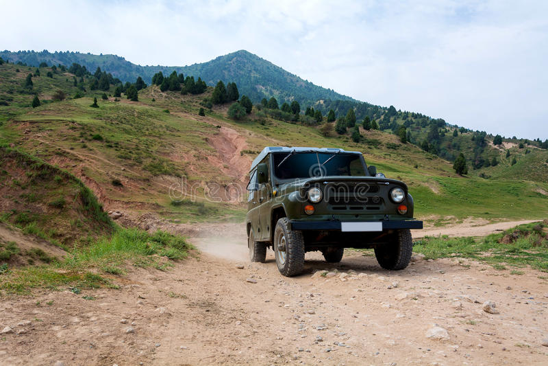 Αυτοκίνητο στα βουνά της Τιέν Σαν στοκ φωτογραφία με δικαίωμα ελεύθερης χρήσης