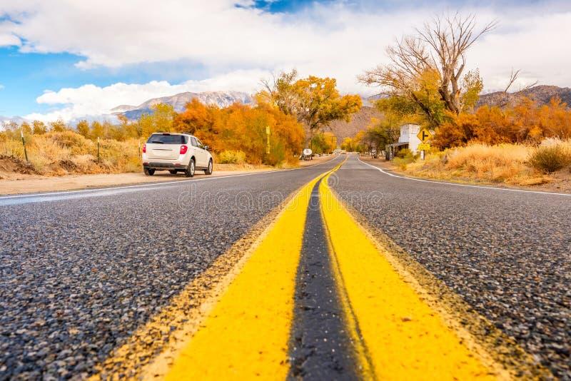 Αυτοκίνητο στον ώμο εθνικών οδών στο φθινόπωρο Καλιφόρνια, Ηνωμένες Πολιτείες στοκ εικόνα