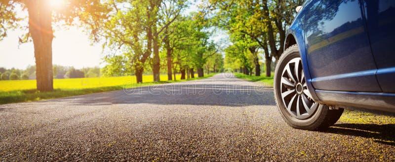 Αυτοκίνητο στο δρόμο ασφάλτου το καλοκαίρι στοκ εικόνες