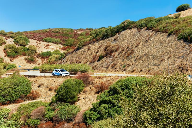 Αυτοκίνητο στο δρόμο σε Chia Σαρδηνία στοκ φωτογραφίες με δικαίωμα ελεύθερης χρήσης