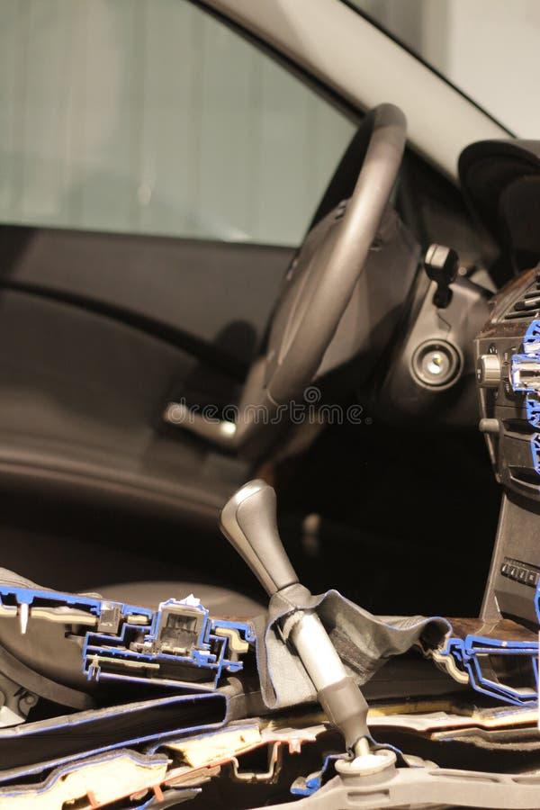 αυτοκίνητο σύγχρονο αποκοπή μισή στοκ εικόνα