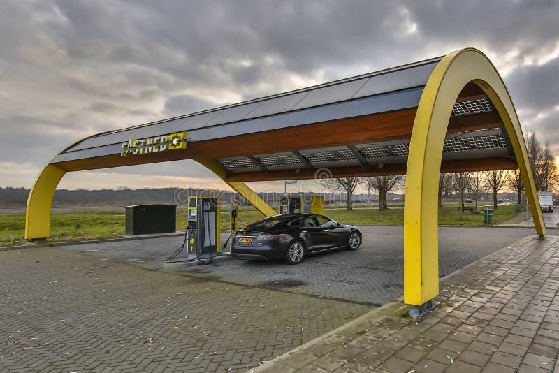Αυτοκίνητο τέσλα που χρεώνει στο γρήγορο σταθμό χρέωσης στοκ εικόνες με δικαίωμα ελεύθερης χρήσης