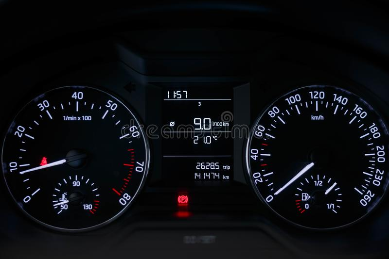 Αυτοκίνητο ταμπλό με ένα όμορφο άσπρο φως στοκ φωτογραφία
