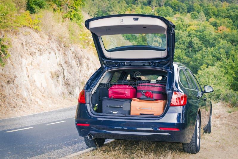 Αυτοκίνητο τον κορμό που φορτώνεται με με τις βαλίτσες στοκ φωτογραφίες με δικαίωμα ελεύθερης χρήσης