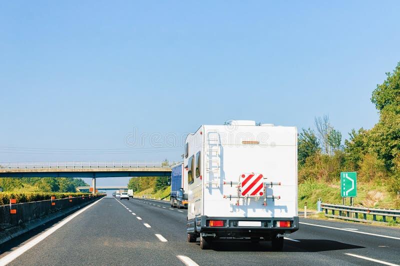 Αυτοκίνητο τροχόσπιτων rv στο οδικές τροχόσπιτο και motorhome την Ιταλία στοκ εικόνα