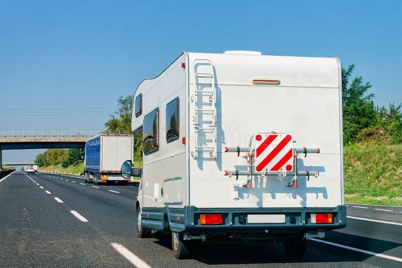 Αυτοκίνητο τροχόσπιτων rv στο οδικές τροχόσπιτο και motorhome την Ιταλία στοκ εικόνες