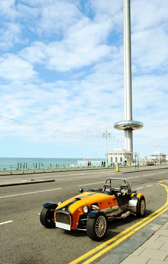 Αυτοκίνητο Lotus Cobra που σταθμεύουν στη λεωφόρο παραλιών του Μπράιτον κοντά στη British Airways i360 στοκ εικόνα