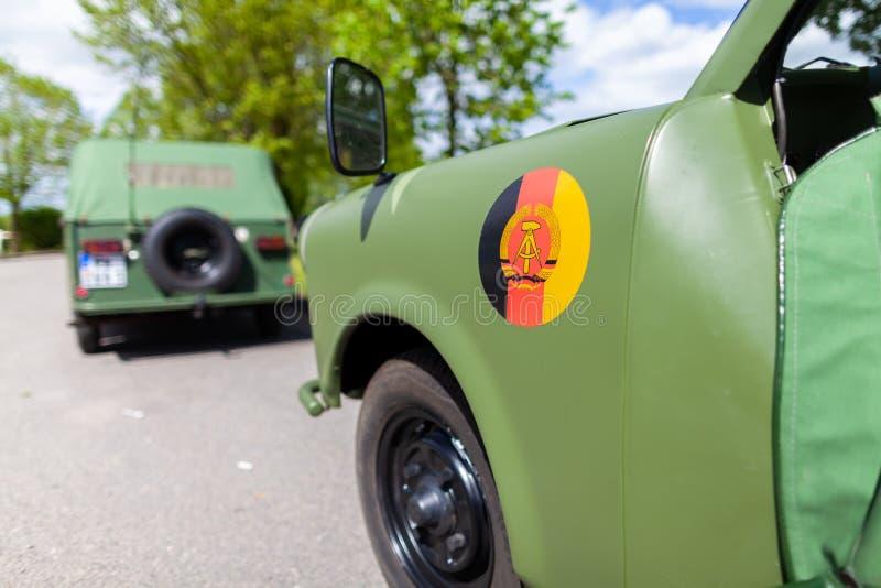 Αυτοκίνητο Oldtimer με τις στάσεις της ΟΔΓ σημαδιών σε μια οδό στοκ φωτογραφία