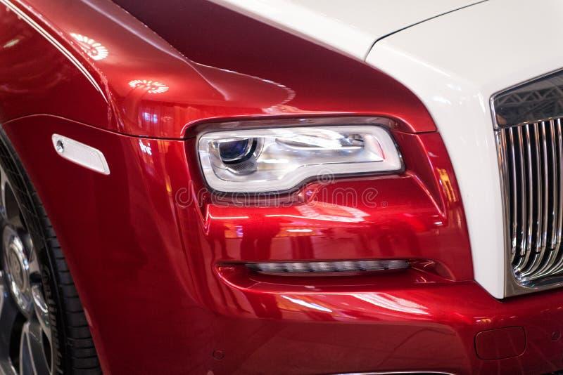 Αυτοκίνητο Rolls-$l*royce Wraith πολυτέλειας δίπλα στη λεωφόρο του Ντουμπάι στοκ φωτογραφία με δικαίωμα ελεύθερης χρήσης