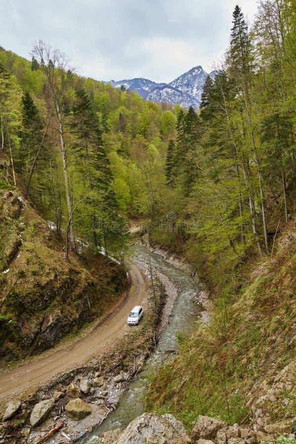 Αυτοκίνητο SUV στα βουνά στοκ εικόνα με δικαίωμα ελεύθερης χρήσης