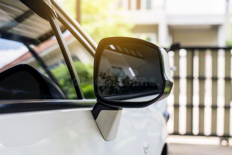 Αυτοκινήτων σύγχρονο αυτοκίνητο χρώματος καθρεφτών δευτερεύον οπισθοσκόπο άσπρο στοκ εικόνα με δικαίωμα ελεύθερης χρήσης