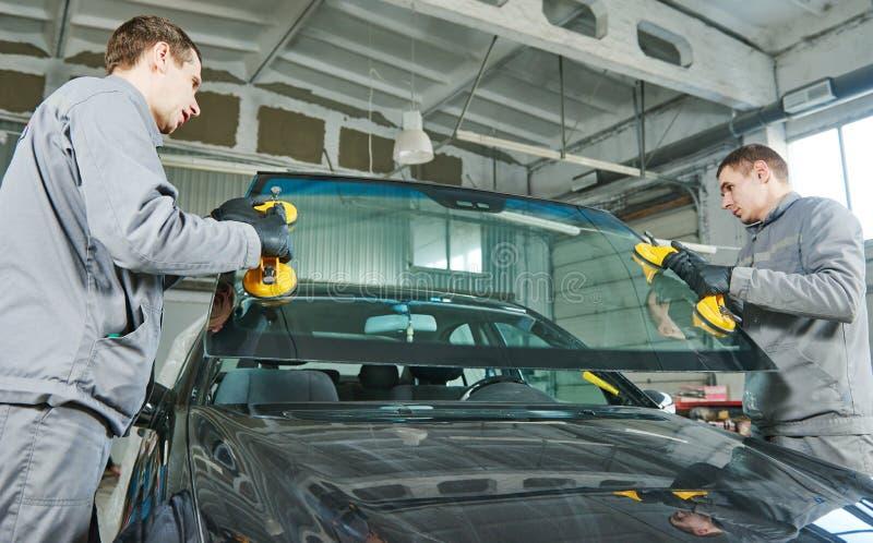 Αυτοκινητική αντικατάσταση ανεμοφρακτών ή αλεξήνεμων στοκ εικόνα