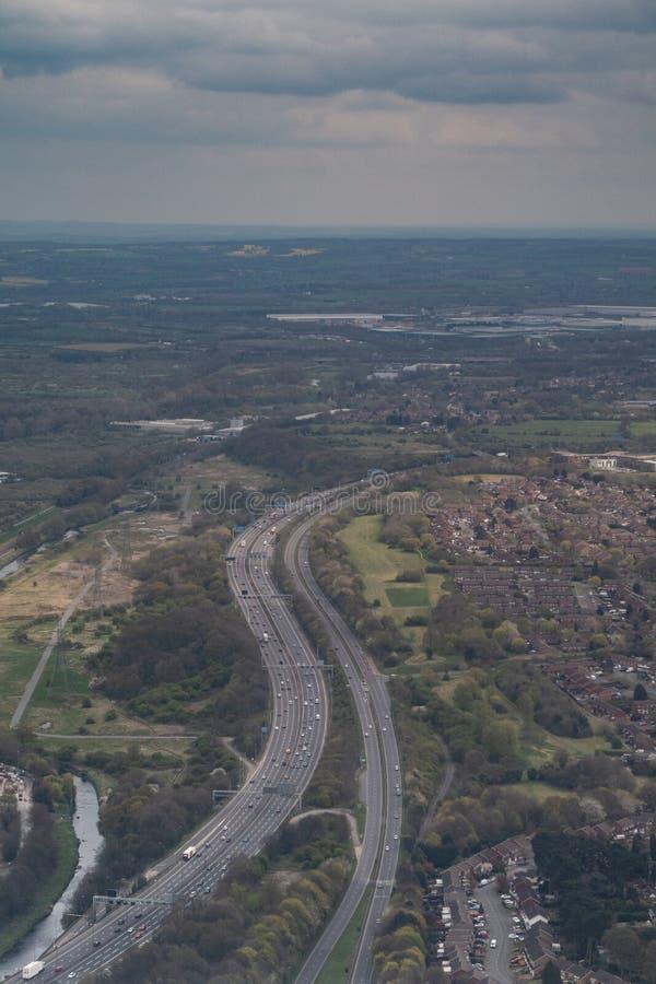 Αυτοκινητόδρομος που τυλίγει μέσω του βρετανικού τοπίου στοκ εικόνες