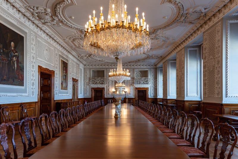 Αυτοκρατορική αναδημιουργία δωματίων με τον τεράστιο ξύλινο να δειπνήσει πίνακα στοκ εικόνα με δικαίωμα ελεύθερης χρήσης