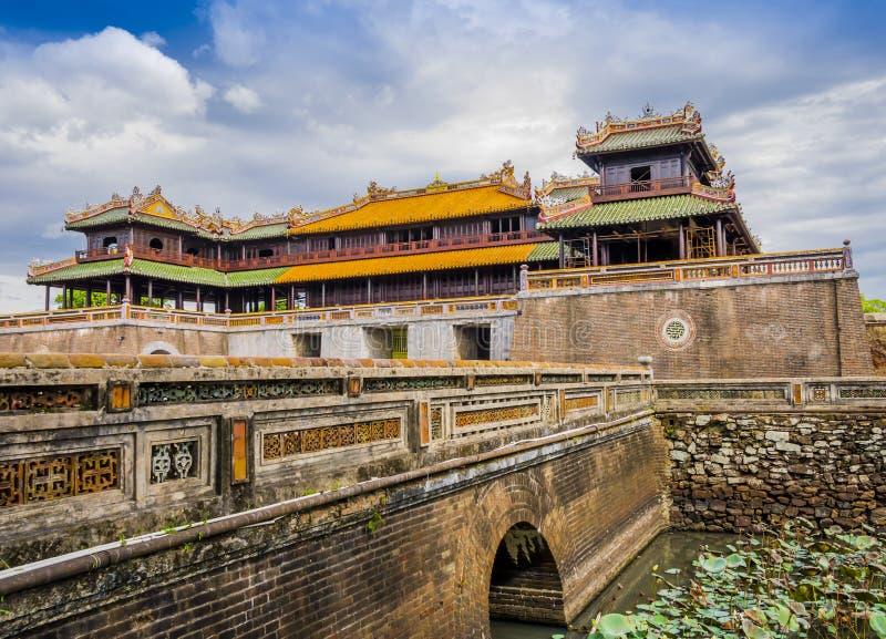 Αυτοκρατορικό βασιλικό παλάτι και μεσημβρινή πύλη στην παλαιά ακρόπολη του χρώματος, Βιετνάμ στοκ φωτογραφία