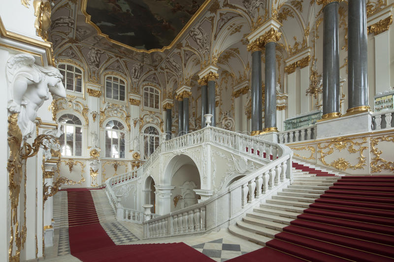 Αυτοκρατορικό παλάτι σε Άγιο Πετρούπολη με με τους χρυσούς τοίχους στοκ εικόνες με δικαίωμα ελεύθερης χρήσης