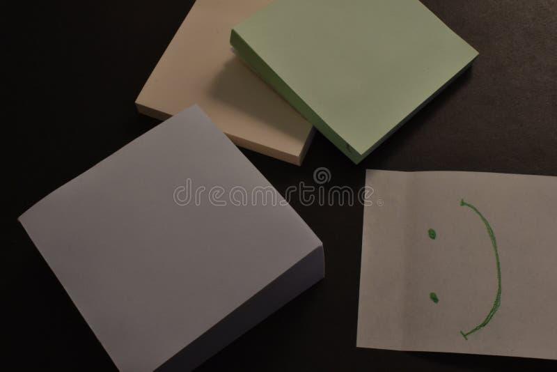 Αυτοκόλλητες ετικέττες εγγράφου γραφείων στο μαύρο υπόβαθρο απεικόνιση αποθεμάτων