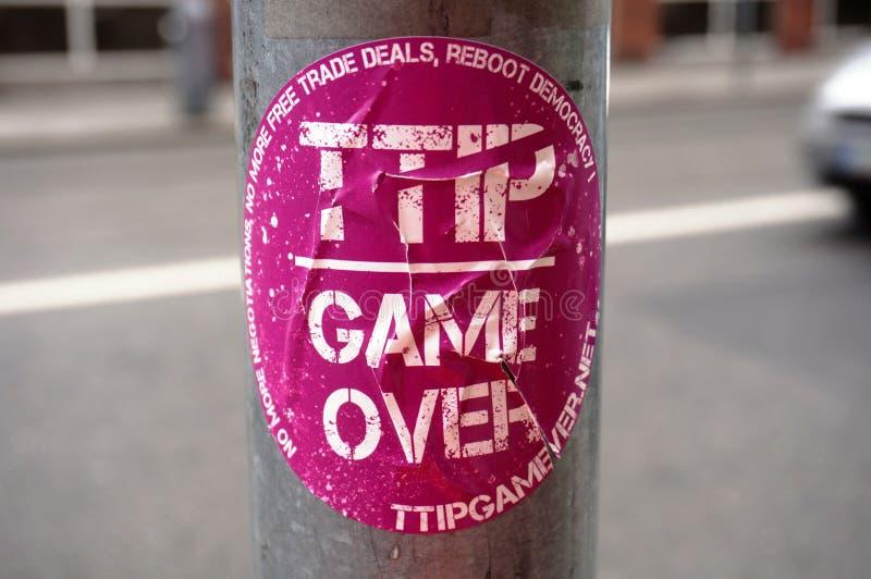 Αυτοκόλλητη ετικέττα διαμαρτυρίας ενάντια στην υπερατλαντική συνεργασία εμπορίου και επένδυσης (TTIP) στοκ φωτογραφία