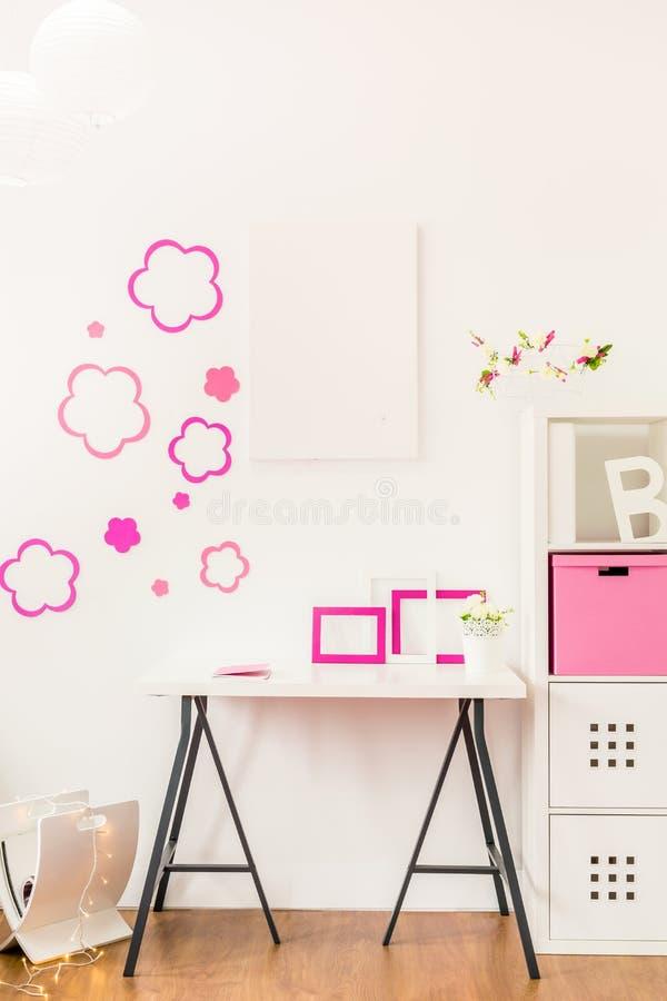 Αυτοκόλλητη ετικέττα λουλουδιών στον τοίχο στοκ φωτογραφίες